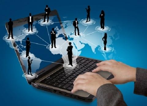 Sujet : marketing de réseau. Image montrant deux mains écrivant sur un ordinateur portable avec en arrière plan une carte du monde. Des hommes et des femmes en noirs sont reliés entre eux pour montrer qu'ils forment un réseau. Cette image résume très bien le marketing de réseau.